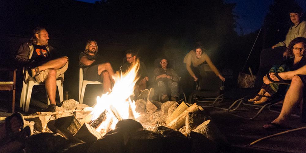 Entspannen am Lagerfeuer im Dunkeln im Sommerlager