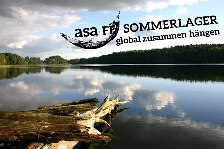 Blick auf den See mit Asa-FF Sommerlager - global zusammen hängen Logo und einer Hängematte (Wortwitz)