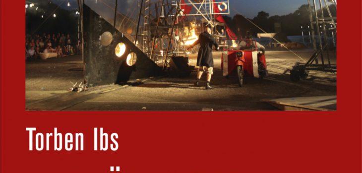 """Buchcover """"Umbrüche und Aufbrüche. Die Theater in Ostdeutschland zwischen 1989 und 1995"""" von Thorben Ibs. Darauf ist das Bild einer Theaterszene zu sehen. Bei dieser ist ein Mann zu sehen, ein kaputtes brennendes Schiff und ein Zweisitzermotorrad"""